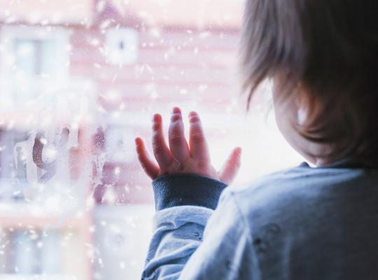 Kind aan raam