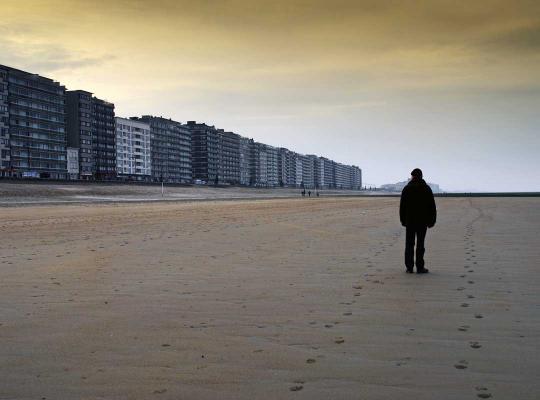 Eenzame man op strand in Middelkerke